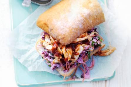 Sandwich met gepocheerde kip & koolsalade