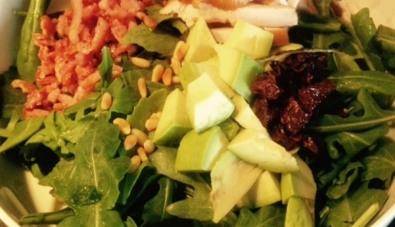 Rucolasalade met gerookte kip,avocado en zongedroogde ...
