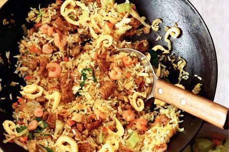Pittige nasi goreng met garnalen en ei
