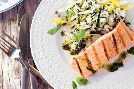 Zalmfilet met basilicumolie en rijstsalade