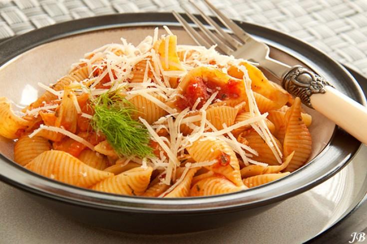 Italiaanse conchiglie met tomaten en venkelsaus