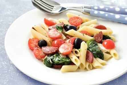 Penne met salami, cherrytomaatjes en spinazie