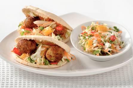 Shoarmabroodjes met falafel en pittige koolsla