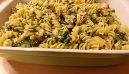 Pasta met warmgerookte zalm spinazie champignons en gedroogde ...