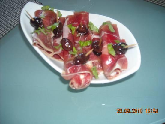 Amuse van parmaham met mozzarella en gedroogde tomaten ...