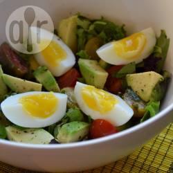 Salade met eieren, avocado en tomaatjes recept