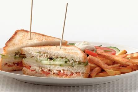 Makreel-clubsandwich met frietjes