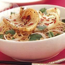 Lauwwarme noedelsalade met pijlinktvis recept