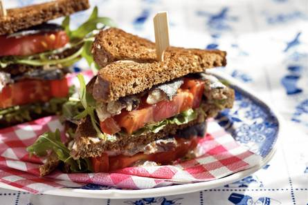 Clubsandwich met tomaat en sardines