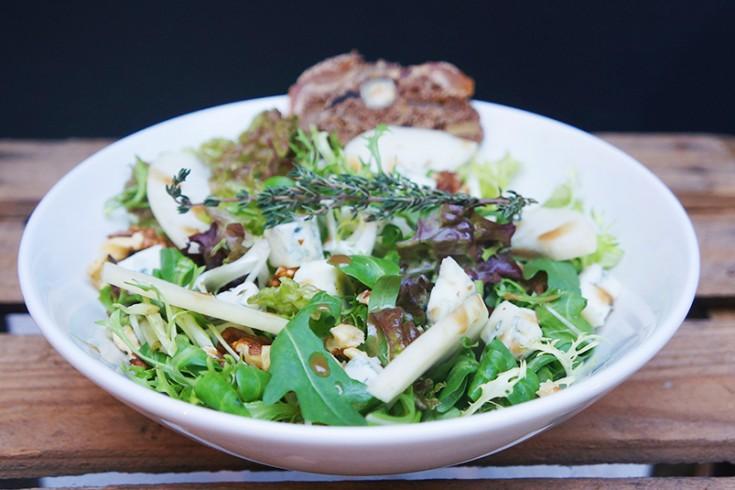 Winterse salade met blauwe kaas, gebakken peer en walnoten ...