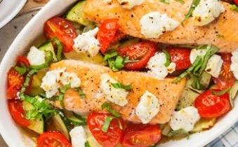 Zalm uit de oven met tomaten, courgette en geitenkaas ...