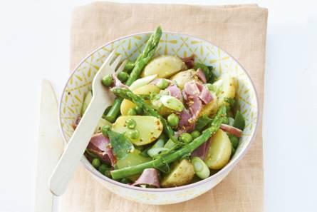 Aardappelsalade met lamsham en lentegroenten