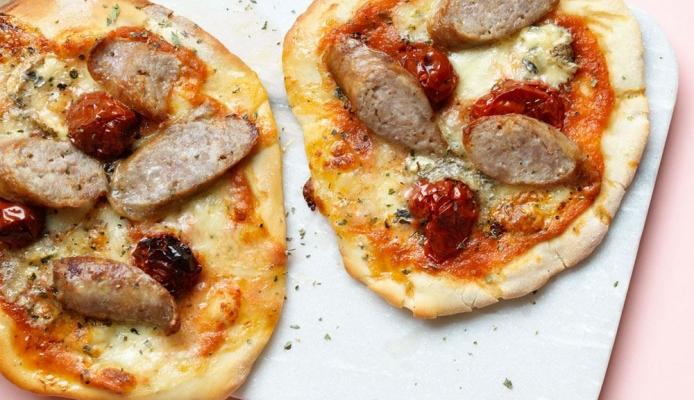 Homemade pizza met worstjes en mozzarella van ztrdg