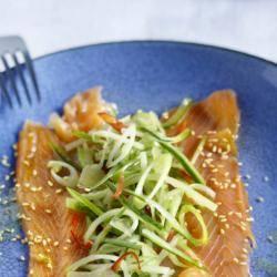 Zalm met bosui, komkommer en gemberdressing recept
