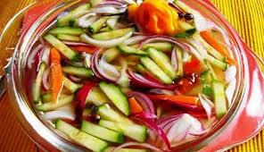 Surinaams zuurgoed (tafelzuur met komkommer, witte- en rode ...