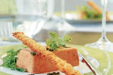 Geroosterde-paprikaroom met kaasstengels en salade