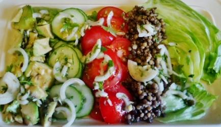 Berglinzen salade met tomaat, komkommer en avocado ...
