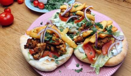 Kipgyros met zelfgemaakte pitabroodjes recept