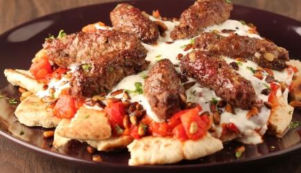 Kofte kebab met tomatensaus en yoghurt recept