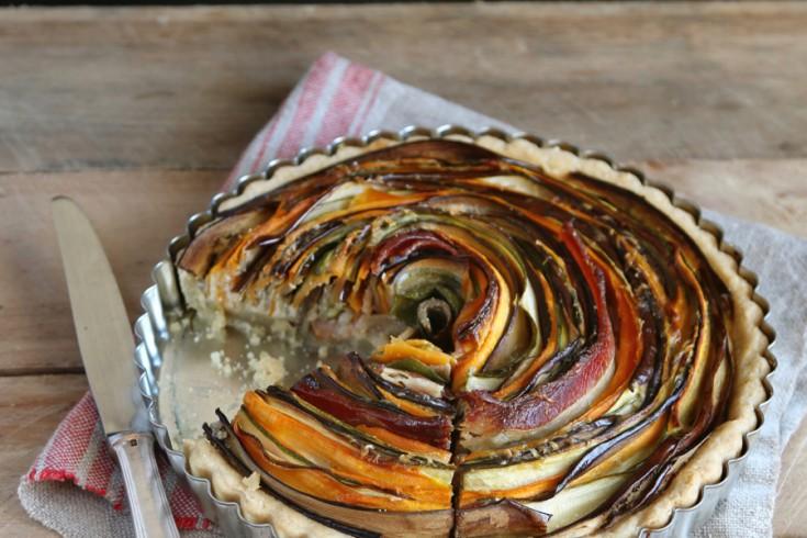 Prachtige groentetaart met laagjes van courgette en wortel