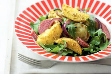 Aardappelsalade met pesto en salami