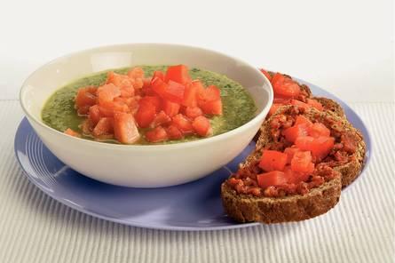 Stevige courgettesoep met tomatenbruschetta