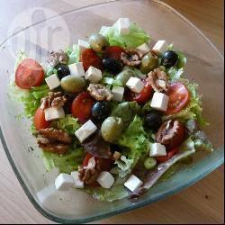 Snelle salade met feta, olijven en walnoten recept