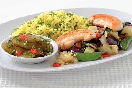 Gele rijst met kip en komkommersalade