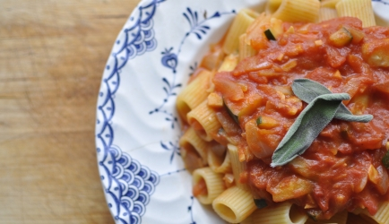 Rigatoni pasta met salie, knoflook, courgette en tomatensaus ...