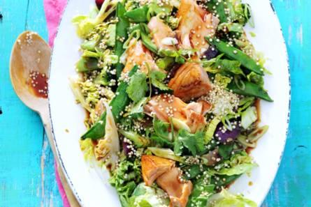 Maaltijdsalade met quinoa, soja, zalm en japanse roerbak