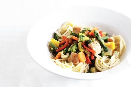 Gewokte zalm met groente en spaghetti