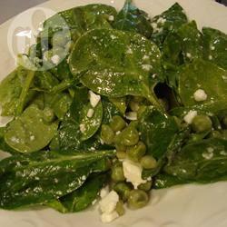 Salade van spinazie, doperwten en feta recept