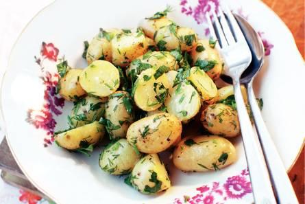 Aardappelsalade met groene kruiden