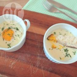 Eieren en cocotte (œufs cocottes) met gerookte zalm recept ...