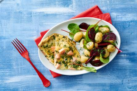 Zalmfrittata met bieten-aardappelsalade