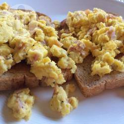 Toast met roerei recept