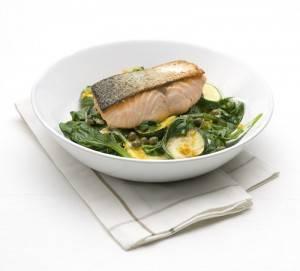 Gegrilde zalm met courgette en spinazie recept