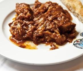 Gestoofd rundvlees met tomatensaus, uien en salie ...