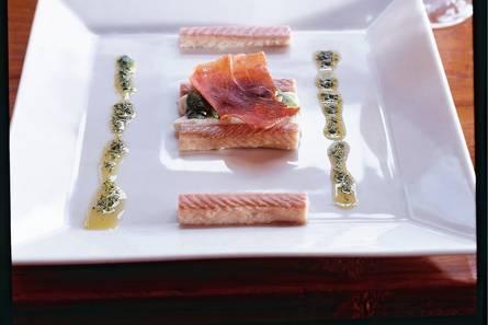 Gerookte paling met bloemkoolmousse, peterselie-olie en parmaham