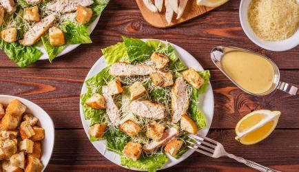 Caesarsalade met croutons en gemarineerde kip recept