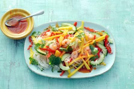 Noedelsalade met mango en garnalen