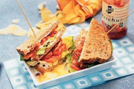 Sandwich met sla, bacon en tomaat