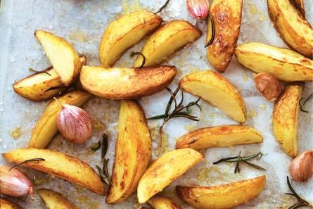 Geroosterde aardappels met gepofte knoflook