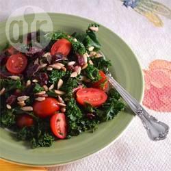 Boerenkoolsalade met cranberry's en tomaat recept