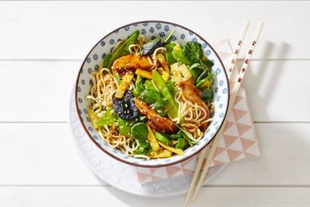 Noedels met kip, aziatische wokgroente en sesam-sojasaus ...