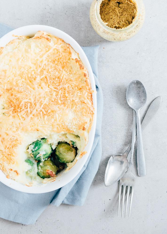 Lekker makkelijk, een ovenschotel met aardappelpuree en spruitjes.