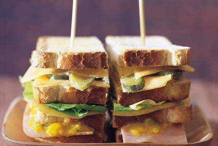 Mango-cheddar clubsandwich