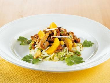 Salade met roergebakken varkensvleesreepjes, noten en vrucht
