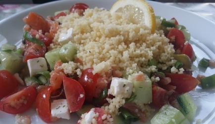 Heerlijke couscous salade met zalm, feta, komkommer en tomaat
