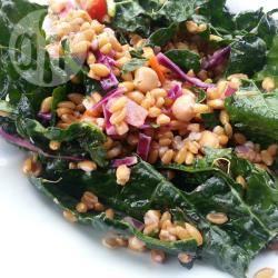 Speltsalade met boerenkool, wortel en ui recept